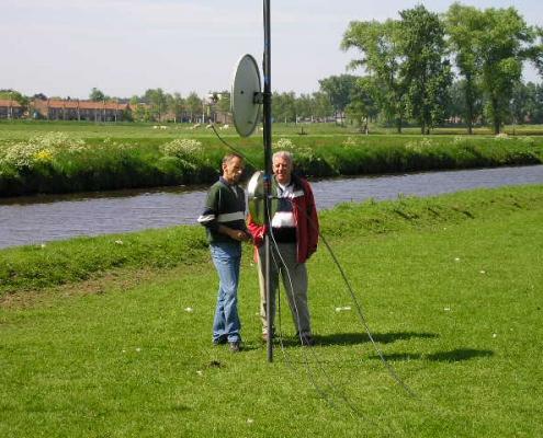 Sjaak PAøJCA met bezoeker onder 23 cm antenne