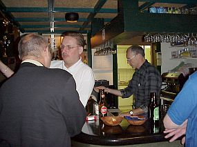 Onze gastheer PA3GJP achter de bar en PE2MD aan de bar