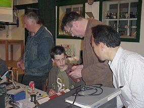 Vader (PE1CVJ) instrueert zoon (PD4FUN), terwijl PH4TNX toekijkt.
