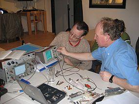 PA3ACJ achter de knoppen van de SA/TG-combinatie. Links oscilloscoop met daar bovenop een HF- zwiepgenerator (0 - 180 MHz)