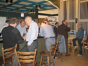 Ontspanning aan de bar, met op de achtergrond PA3EOT en CQ100