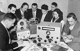 Heroprichtingsavond VERON Afd. Oss 24 nov 1959 - 2e van links: uw webmaster, rechts achter met sigaret PAøVGR (sk)